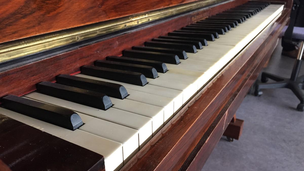 zongorán egy pénisz)