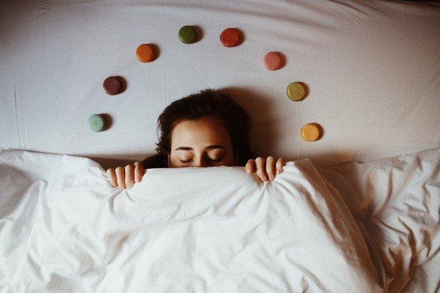 merevedés alvás közben)