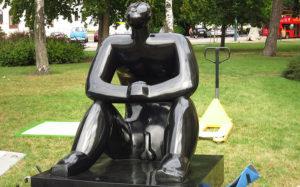 Áthelyezték a Ligetbe a férfi szobrát, akinek erekciója lett a csillagok nézésétől