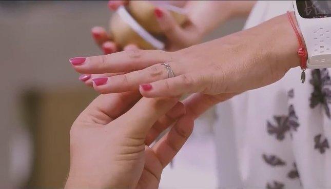 felvette a pénisz gyűrűt)