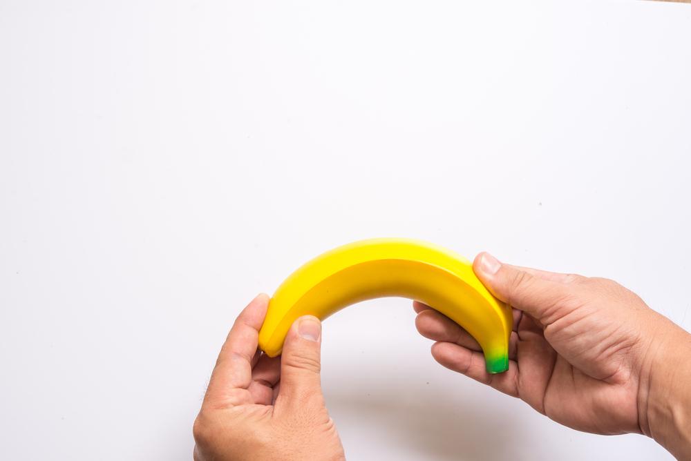 orvos megvizsgálja a péniszt